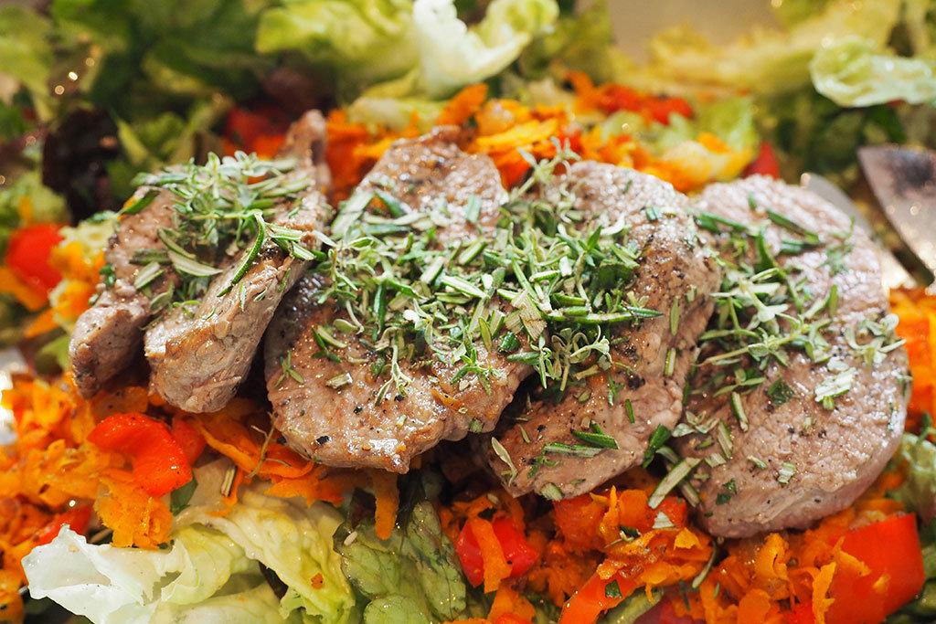Lammrücken mit Rosmarin auf Salat – Gemüsebeet